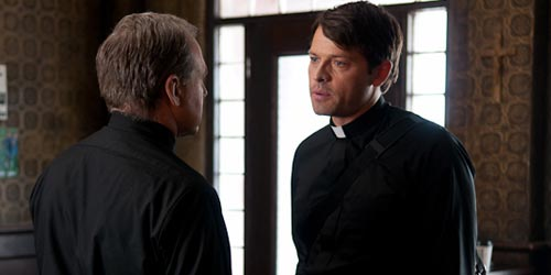 Misha Collins incarne Father Christopher en 2011 dans Divine: The Series