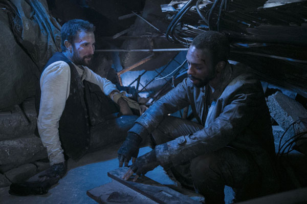 Falling Skies : Dans les décombres (A Thing with Feathers - 4.08)