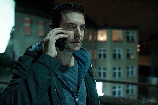 berlin station serie richard armitage - Berlin Station : L'espionnage télévisuel moderne dans toute sa splendeur (Pilote)